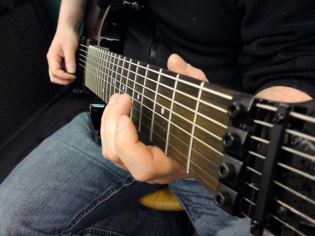 8-Saitige Gitarre spielen